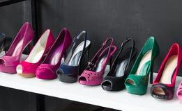 Bunt von den Schuhen am Shop Stockbild