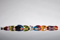 Bunt von den verschiedenen Edelsteinen mit Raum für Text auf Grauwal Stockfotografie