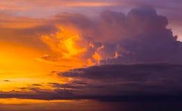 Bunt von den Wolken und vom Himmel bei Sonnenuntergang Stockfotos