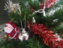 Bunt von der Ball-Puppen-Geschenkbox-Geschenkbox-Weihnachtsbaum-Dekoration Stockfoto
