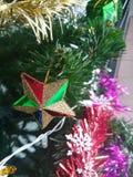Bunt von der Ball-Puppen-Geschenkbox-Geschenkbox-Weihnachtsbaum-Dekoration Stockfotos