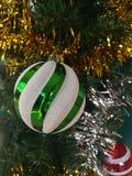Bunt von der Ball-Puppen-Geschenkbox-Geschenkbox-Weihnachtsbaum-Dekoration Stockbilder