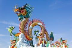 Bunt von der Drache-Statue mit blauem Himmel Stockbild
