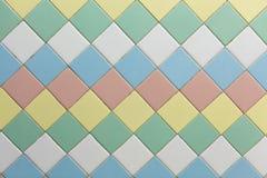 Bunt von der quadratischen Wand deckt Hintergrund mit Ziegeln Lizenzfreies Stockfoto