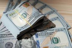 Buntar av amerikanskt pengar-/studiofotografi av USA-sedlar - Arkivfoto