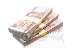 Buntar av 1000 bahträkningar på kontoboken Arkivfoton