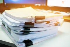 Buntar av dokumentmappar för finans av kontorsarbete Affär Arkivfoto