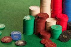 Buntar av gamla pokerchiper arkivfoto