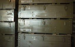 Buntar av gröna träaskar för ammunitionar Arkivfoto