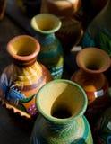 Buntar av mexicanska keramiska dekorativa krukor i seminarium - 15 Royaltyfria Foton