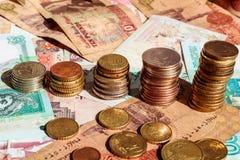 Buntar av mynt i form av tillväxtgraf äganderätt för home tangent för affärsidé som guld- ner skyen till Sedelbakgrund royaltyfria foton