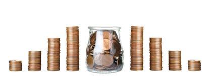 Buntar av mynt och exponeringsglaskruset f?r r?knemaskinbegrepp f?r sedlar svart sparande f?r pengar arkivbild