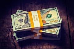 Buntar av nya 100 US dollar 2013 sedelräkningar Royaltyfria Foton