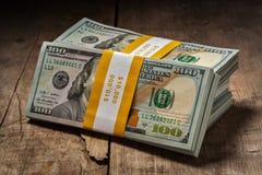 Buntar av nya 100 US dollar 2013 sedlar Arkivbild