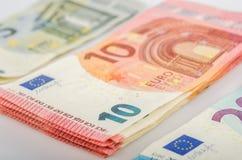 Buntar av 5, 10 och 20 euroräkningar arkivbild