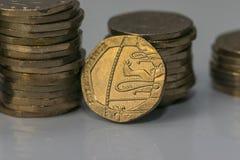 Buntar av olika brittiska mynt på en vit bakgrund Royaltyfri Fotografi