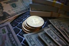 Buntar av pengar som omger guld- Bitcoins Royaltyfria Bilder