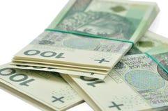 Buntar av 100 PLN-sedlar som isoleras på vit Arkivbilder