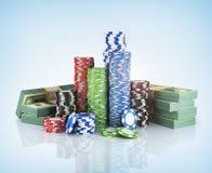 Buntar av pokerchiper med bunten av dollar Arkivfoton