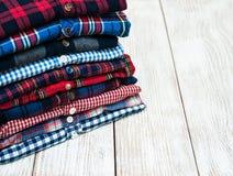 Buntar av rutiga skjortor Arkivbilder