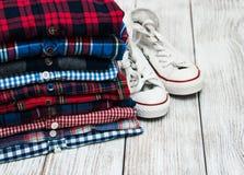 Buntar av rutiga skjortor och gymnastikskor Royaltyfri Foto
