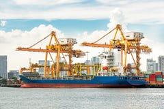 Buntar av timmer på skeppsdockorna och högarna av sand Fotografering för Bildbyråer