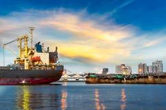 Buntar av timmer på skeppsdockorna och högarna av sand Arkivfoton