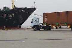 Buntar av timmer på skeppsdockorna och högarna av sand Royaltyfria Bilder