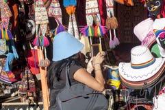 Buntar av variationshattar på gatamarknaden cuzco royaltyfria bilder