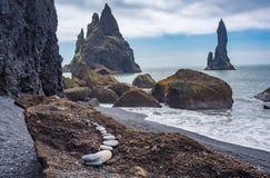 Buntar för Reynisdrangar basalthav, Island Arkivfoton