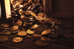 Buntar och högar av mynt Arkivfoton