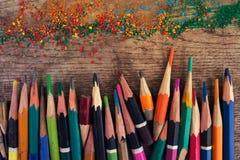 Bunte übereingestimmte alte Bleistifte auf dem Schmutz schäbigen hölzernen backgr Lizenzfreies Stockbild