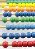 Bunte Abakusperlen, auf weißem Hintergrund Stockbilder