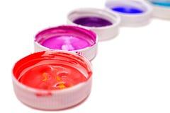Bunte Acrylfarben in den Abdeckungen Stockfotos
