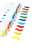 Bunte Acrylfarben in den Rohren auf dem weißen Hintergrund Stockfotos