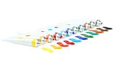 Bunte Acrylfarben in den Rohren auf einem weißen Hintergrund Stockfoto