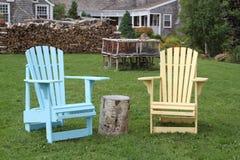 Bunte adirondack Stühle, die heraus Ansicht betrachten Stockfoto