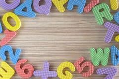 Bunte Alphabet-Zeichen und Zahlen Lizenzfreie Stockbilder