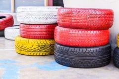 Bunte alte benutzte Reifen Stockfotos
