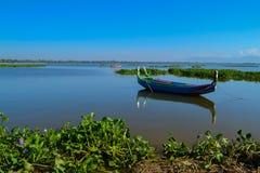 Bunte alte Boote auf dem See Lizenzfreies Stockfoto