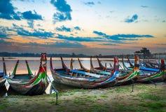 Bunte alte Boote auf einem See Stockbilder