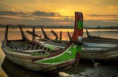 Bunte alte Boote auf einem See Lizenzfreies Stockfoto