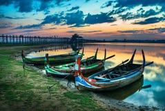 Bunte alte Boote auf einem See Stockfotos