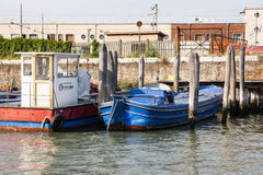 Bunte alte Boote auf einem von Venedig-Kanal Lizenzfreie Stockfotografie