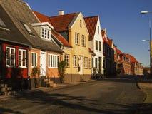 Bunte alte Häuser in einer kleinen Stadt während des Sonnenuntergangs Stockfotografie