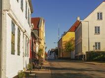 Bunte alte Häuser in einer kleinen Stadt während des Sonnenuntergangs Lizenzfreies Stockfoto