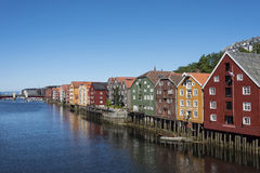 Bunte alte Lager durch Fluss Nidelv Trondheim Lizenzfreies Stockbild