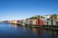 Bunte alte Lager durch Fluss Nidelv Trondheim Stockbild