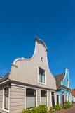 Bunte alte niederländische Holzhäuser Lizenzfreie Stockfotos