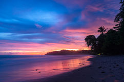 Bunte Ansicht vom Strand während des Sonnenuntergangs Lizenzfreie Stockfotos
